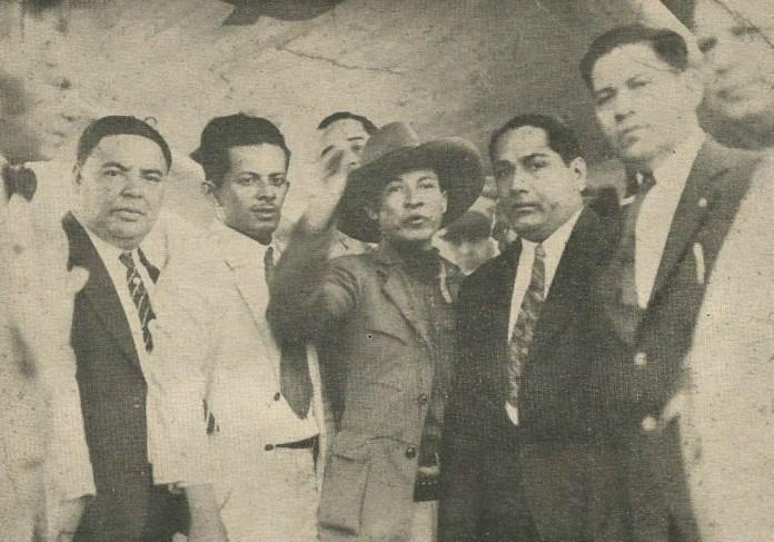 Sandino (al centro, de sombrero) dirigiendo la palabra