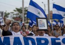 Grupo de mujeres se manifiesta en busca de expresar solidaridad ante las madres que han perdido a sus hijos durante conflicto